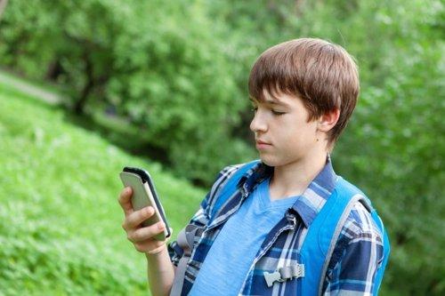 Niño, móvil, smartphone, llamadas a ANAR