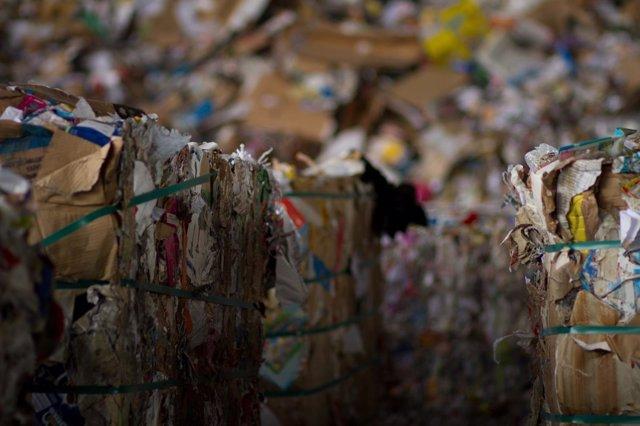 Montaña de papel y cartón, listo para reciclar