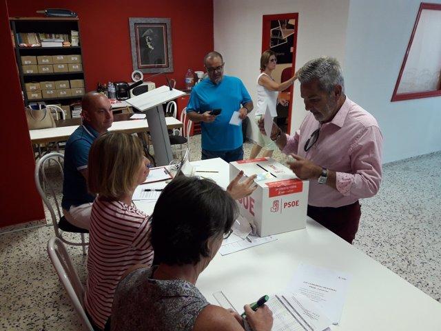 El presidente de la Gestora del PSC-PSOE acude a votar