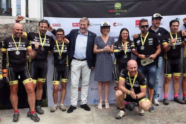 Los ganadores de la competición a su llegada a Santiago.