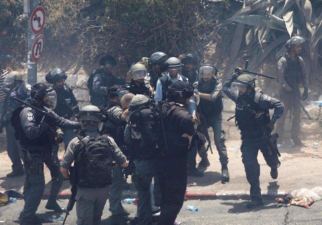 Enfrentamientos entre palestinos y policía israelí en Jerusalén