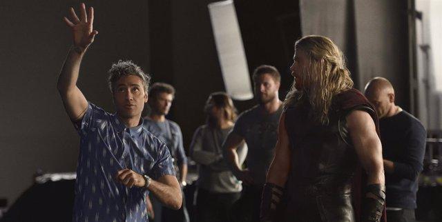 Taika Waititi yChris Hemsworth en el rodaje de Thor: Ragnarök