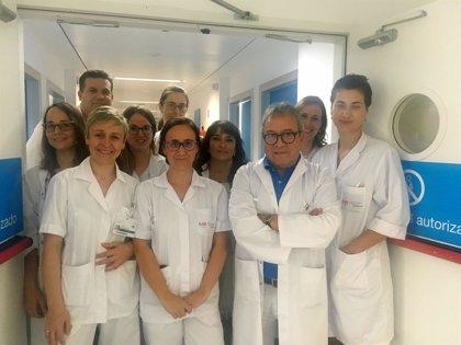 Un análisis de sangre que analiza el ADN fetal para detectar alteraciones cromosómicas
