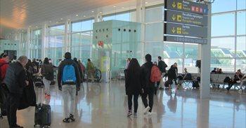 Largas colas en los filtros de seguridad de la T-1 del Aeropuerto de Barcelona