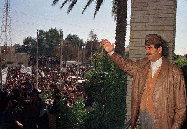 Sadam Husein saluda a la población en 1998