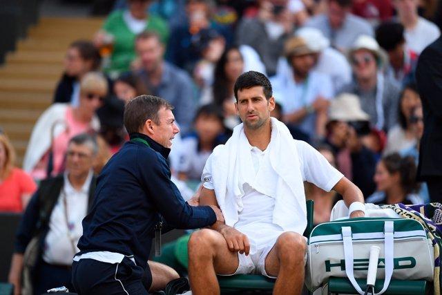 Novak Djokovic en un descanso en Wimbledon