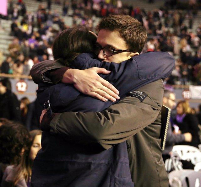 Pablo Iglesias e Iñigo Errejón se abrazan durante el Congreso de Vistalegre