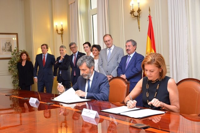 Cospedal y Lesmes firman un convenio entre Defensa y el CGPJ