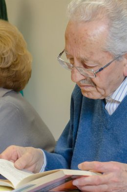 Personas mayores leyendo, jubilados con gafas, lectura, lectores, leer