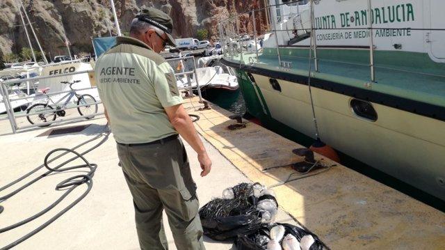 Decomiso de una red de pesca en Cabo de Gata