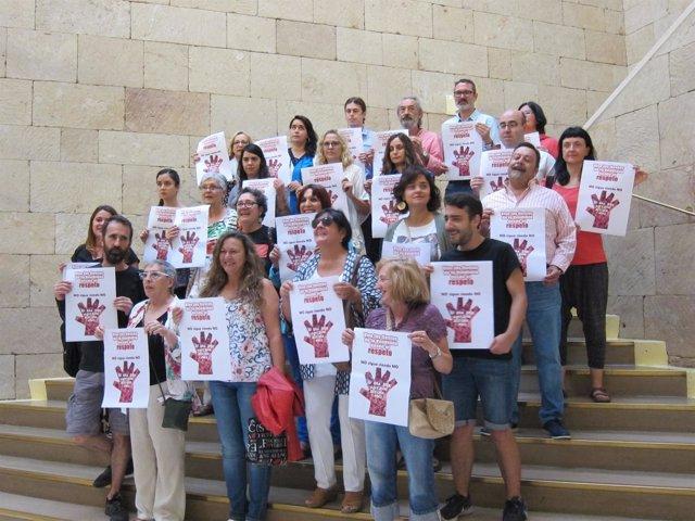 Grupos municipales y miembros de organizaciones junto con los carteles