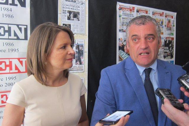 Javier Carnero, junto a Ana Cobo, atiende a los periodistas.