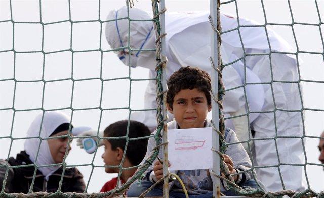 Niños rescatados en el mar Mediterráneo llegados al puerto italiano de Augusta