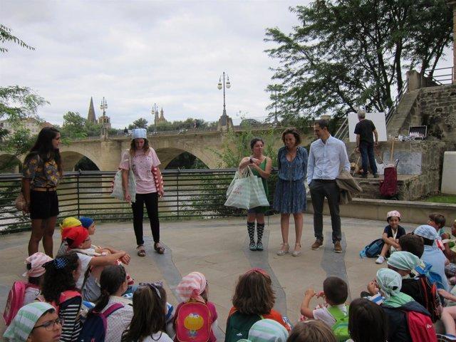 La alcaldesa junto con los niños de la ludoteca La Oca