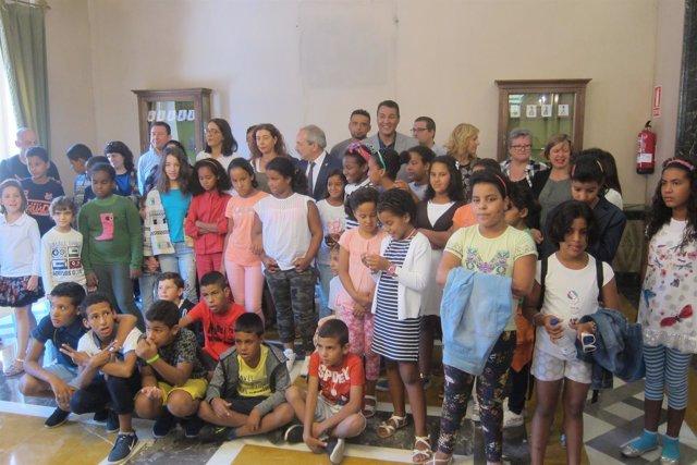 Foto de familia con los representantes municipales y los niños saharauis.