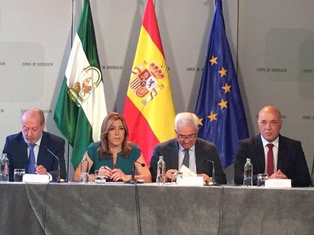 Antonio Ruiz (dcha.) y Susana Díaz, durante la firma de los convenios