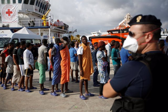 Inmigrantes y refugiados en el puerto italiano de Augusta