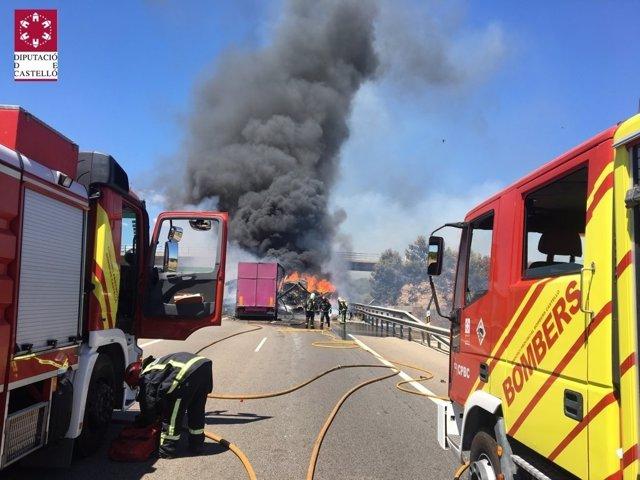 Dos camiones se incendian tras una accidente de tráfico en Nules