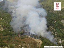 El incendio en Castell de Guadalest sige activo pero evoluciona favorablemente