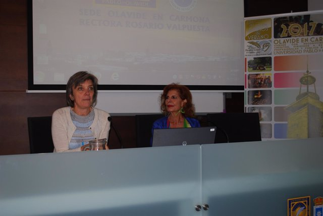 Carmen Alborch (derecha) en los cursos de verano de la UPO