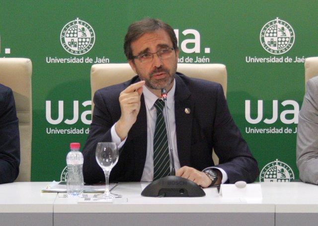 El rector de la UJA, Juan Gómez, durante la rueda de prensa