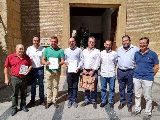 El alcalde de Carcabuey con portavoces y cargos de PSOE e IU ante el Obispado