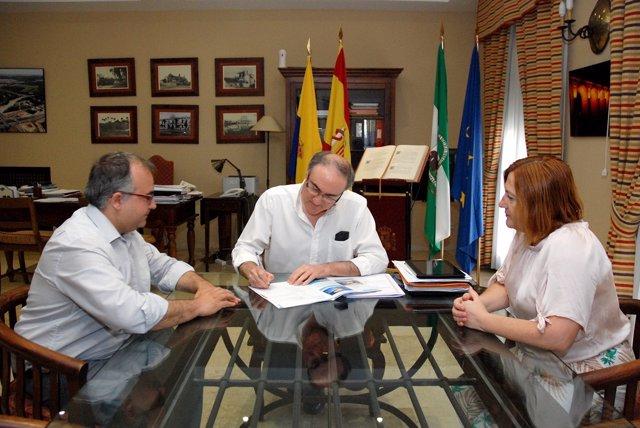 Ruiz Almenara (centro) durante la firma
