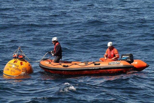Salvamento Marítimo recupera una boya científica en el mar
