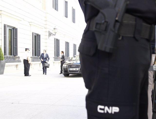 Mariano Rajoy, bajando del coche oficial