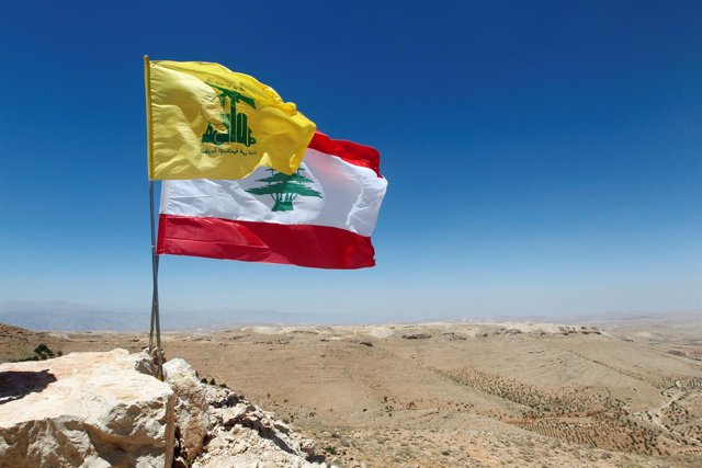 Bandera libanesa y de Hezbolá en Arsal