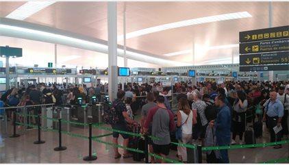 L'Aeroport de Barcelona torna a registrar cues de 40 minuts aquest dimecres