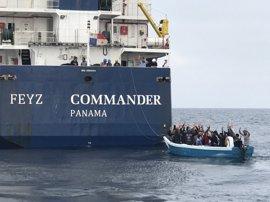 Rescatados 33 inmigrantes, dos menores, en una patera a 17 millas de Barbate (Cádiz)