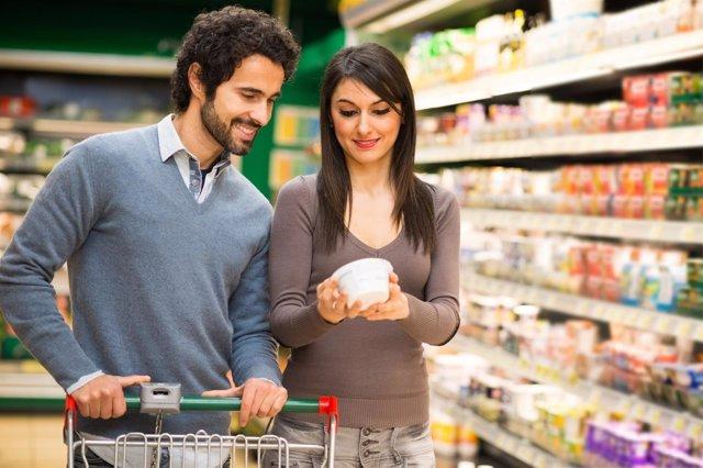 Pareja comprado comida en el supermercado