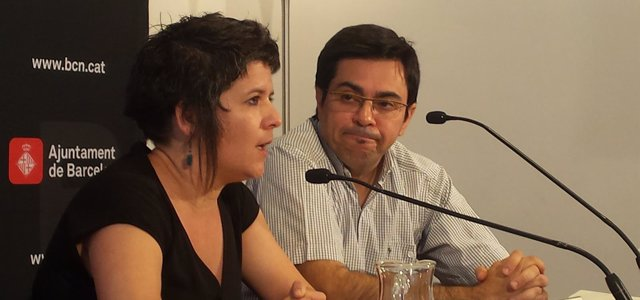 La concejal G.Pin junto a G.Pisarello en rueda de prensa