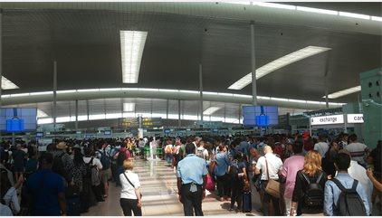 Les cues desborden la zona de sortides de la T1 de l'Aeroport de Barcelona
