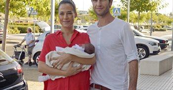 Ana Bono y Gabriel Funes vuelven a casa con su hija Ana entre los brazos