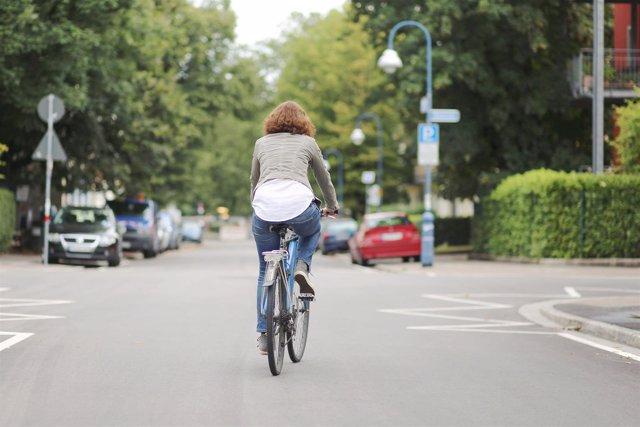 Montando en bicicleta por la calle