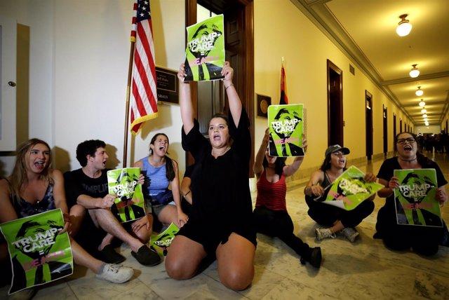 Protesta en el Capitolio contra la ley de Trump para derogar el 'Obamacare'