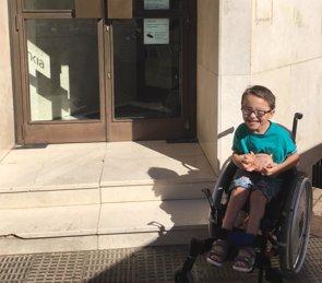 Iker, cinco años y con parálisis cerebral, dona sus ahorros a otro niño con una enfermedad rara (FECYT)