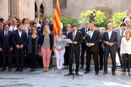 Puigdemont, JxSí y la CUP firman la ley del referéndum y la registrarán el lunes