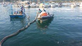El Govern instala un cordón de contención para retener el combustible derramado en el incendio del Port d'Andratx