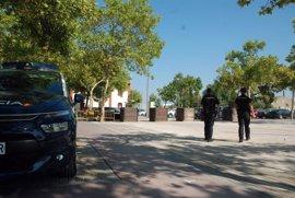 Un joven amenaza con un destornillador a policías al ser sorprendido robando un coche en Gandia