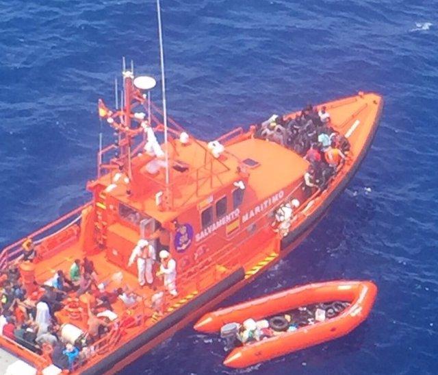 Rescate de una patera en aguas del Estrecho