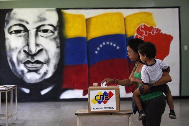 Una mujer vota en las elecciones de la Asamblea Constituyente
