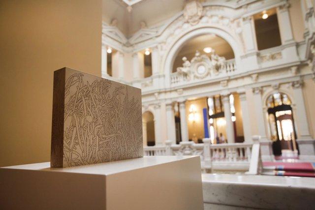 Montaje de la exposición de María Jesús Rodríguez en la Junta