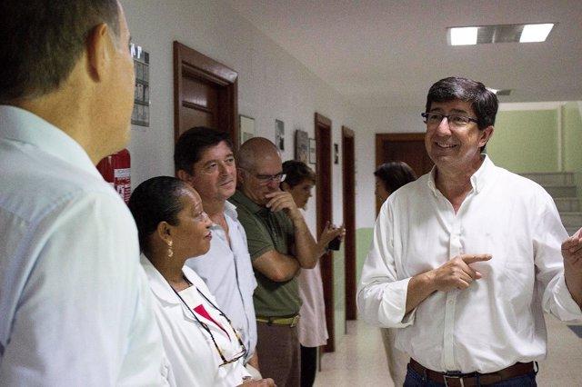 Juan Marín visita una residencia en Sanlúcar