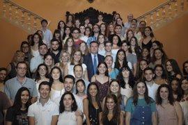 El Ayuntamiento de Sevilla concede a 88 jóvenes becas de inmersión lingüística en Dublín y París