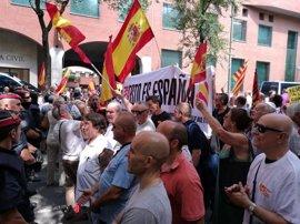 Decenas de manifestantes respaldan a la Guardia Civil en Cataluña en respuesta a la protesta de la CUP