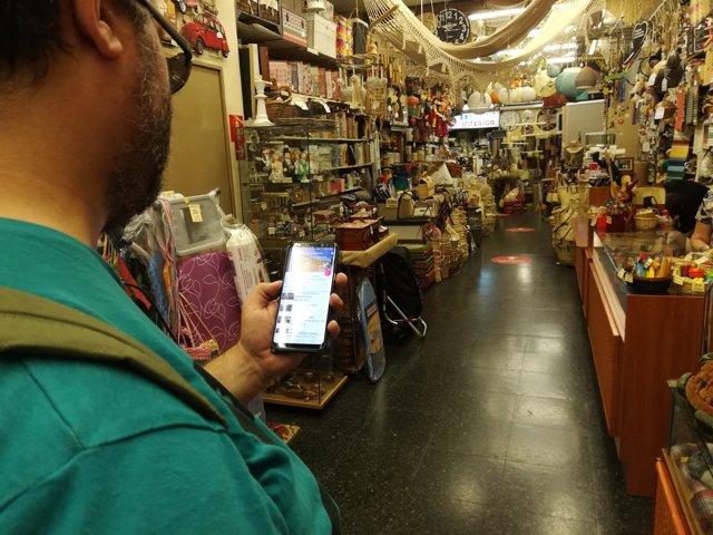 Prova de l'aplicació 'Bercelona sense barreres' en un negoci de Sants-Montjuïc