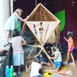 Niños jugando en el Centre del Carme